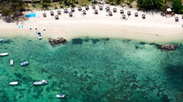 stranden-ved-hotel-casuarina-resort-og-spa-mauritius